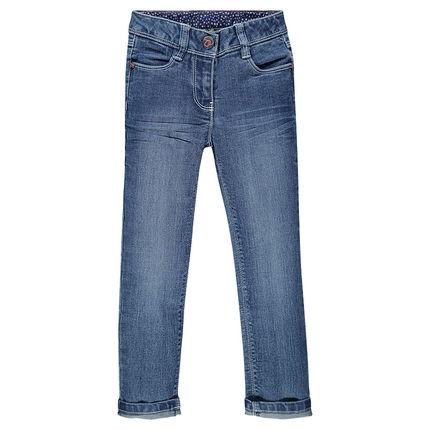 Un jean slim, effet used, valeur sûre!