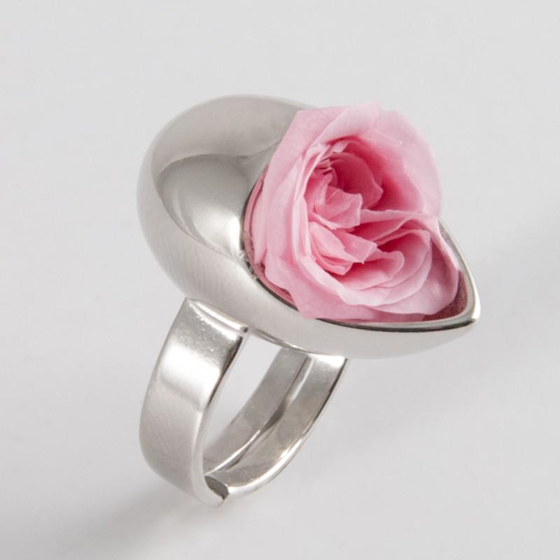 Une bague goutte avec une rose magnifique...
