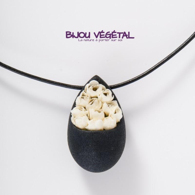 Un collier en composite noir, avec des mini roses blanches